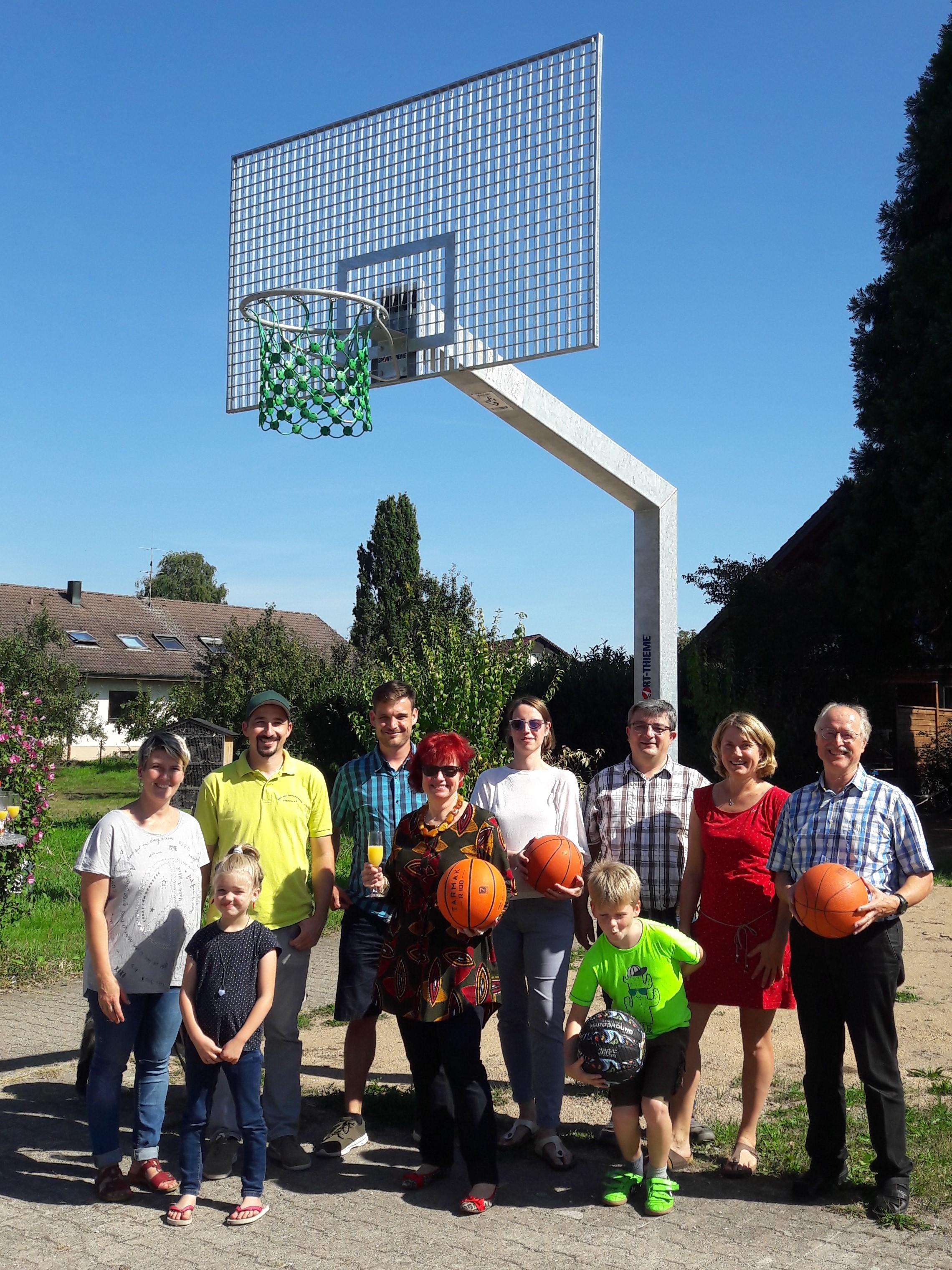 Dorfgemeinschaft stiftet Basketballkorb